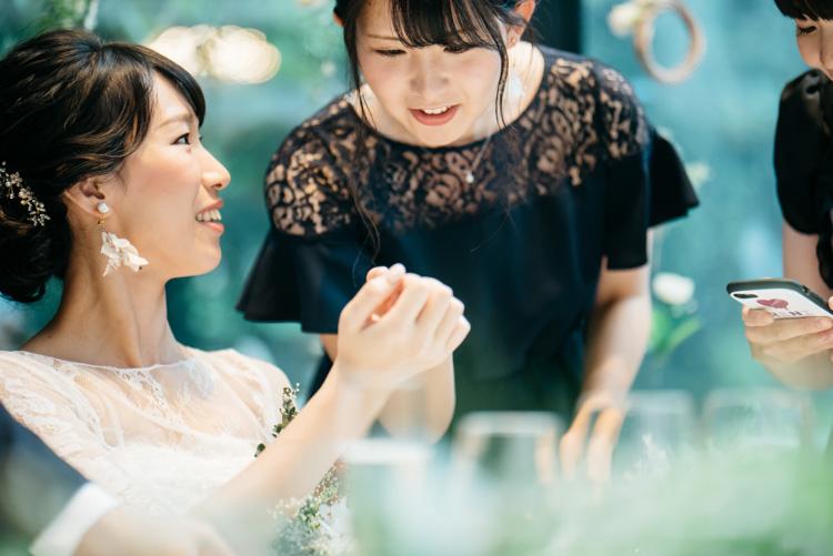 青山エリュシオンハウス 結婚式の外注持ち込みカメラマン ネイルを見る友人