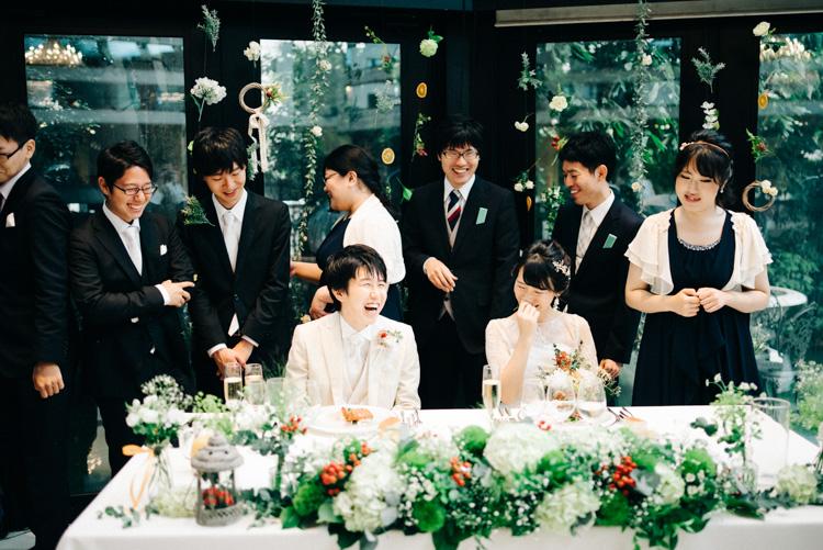 青山エリュシオンハウス 結婚式の外注持ち込みカメラマン ゲストに囲まれて