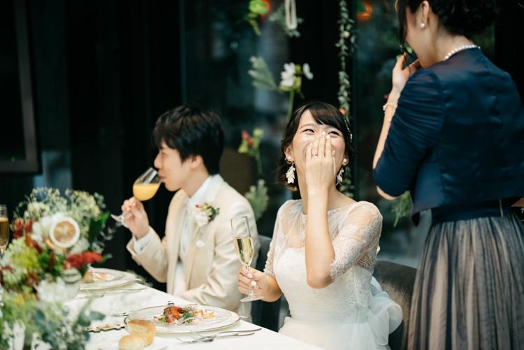 青山エリュシオンハウス 結婚式の外注持ち込みカメラマン 楽しそうな新婦