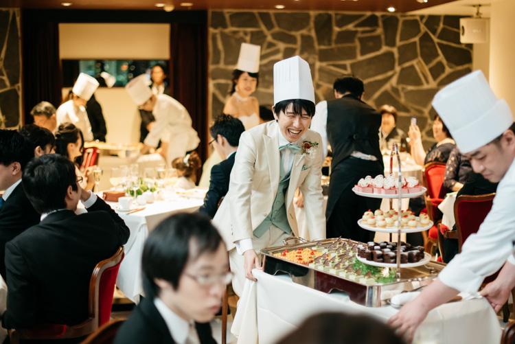 青山エリュシオンハウス 結婚式の外注持ち込みカメラマン デザートを運ぶ新郎