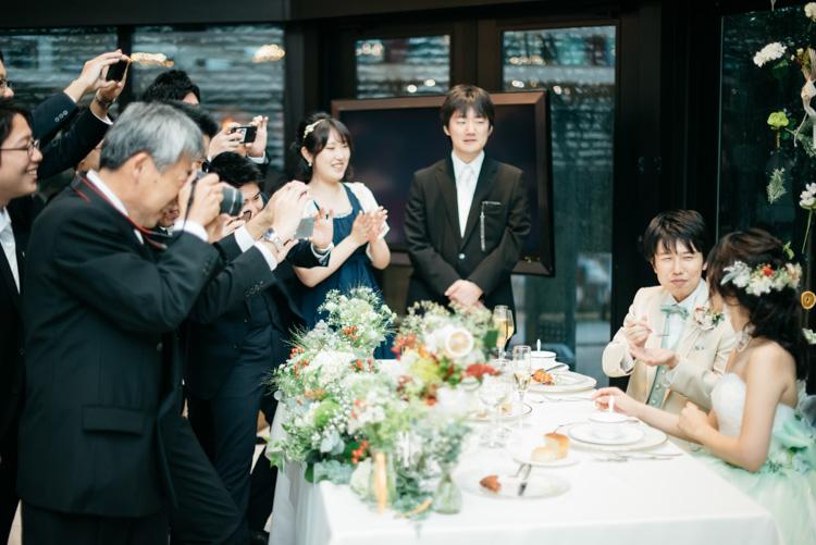 青山エリュシオンハウス 結婚式の外注持ち込みカメラマン 食べさせあい