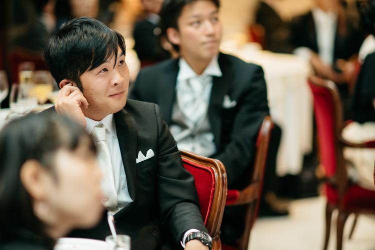 青山エリュシオンハウス 結婚式の外注持ち込みカメラマン エンドロールを見る友人2